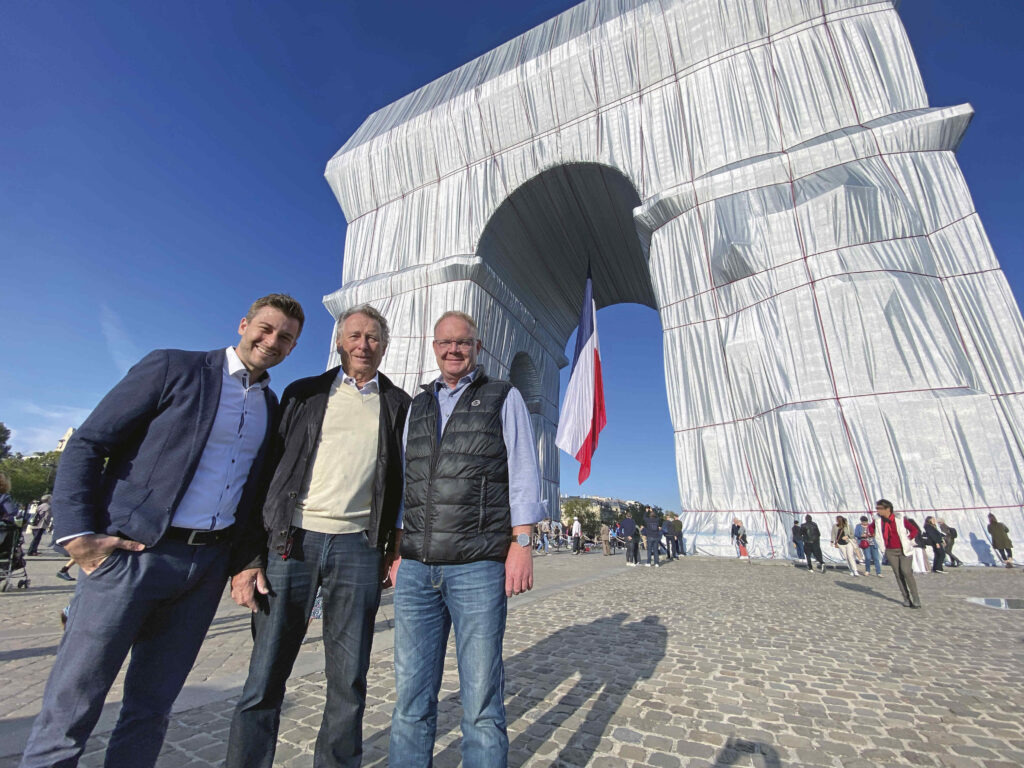 Tim Dolezych, Udo Dolezych and Karl-Heinz Keisewitt in front of the Arc de Triomphe